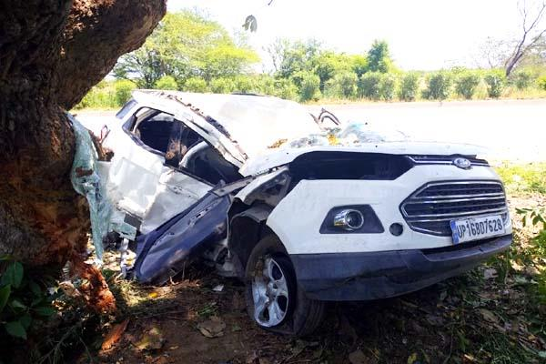 uncontrolled car collided with dcm truck in azamgarh after mahoba 3 killed