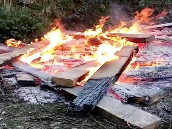 वन माफिया ने जब्त किए 35 स्लीपरों को लगाई आग, वन विभाग की टीम पर किया पथराव