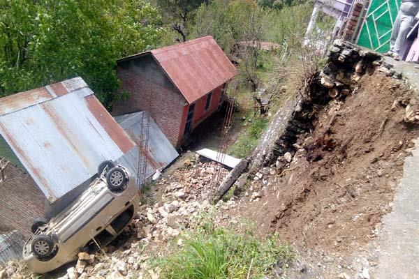 havoc of rain car came grip of landslide