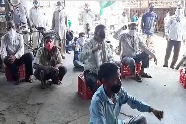 vegetable vendors get angry call the meeting and warn the administration