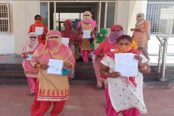 women forced to walk in the sun due to non availability of ration
