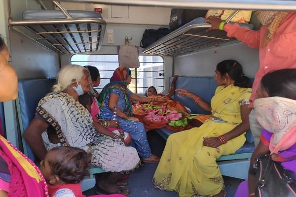 laborer woman traveling in shramik special train was delivered at the station