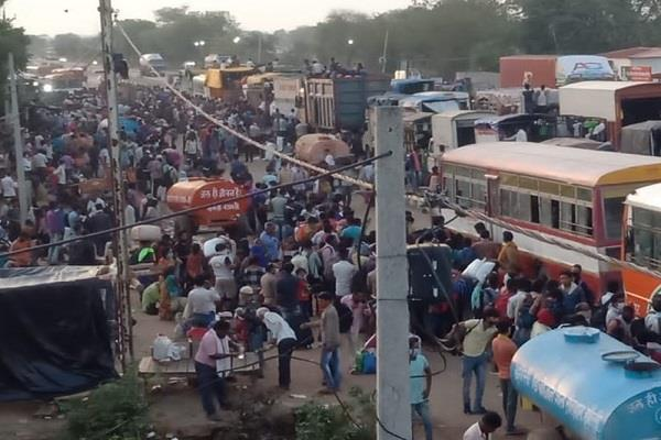 up bans entry of laborers furious laborers create ruckus on shivpuri border
