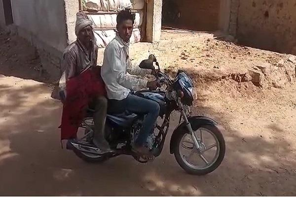 father had to take the son s body on a motorcycle in chhatterpur