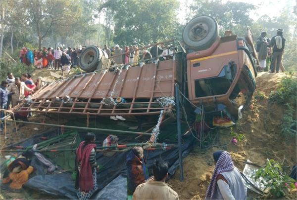 dcm carrying laborers carrying siddharthnagar overturned uncontrolled