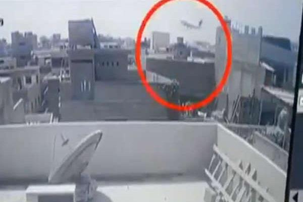watch a video of a few seconds before the karachi accident