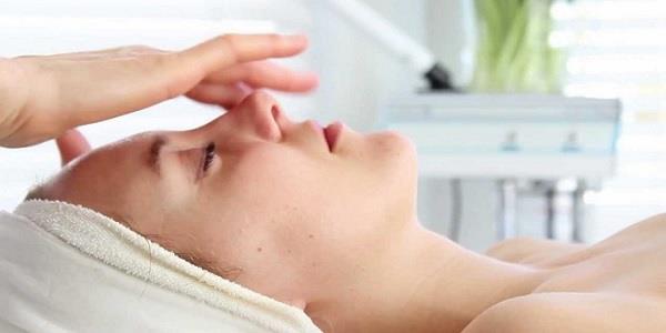 एक्ने-झुर्रियों की छुट्टी करेगी Spoon Massage, जानिए सही तरीका