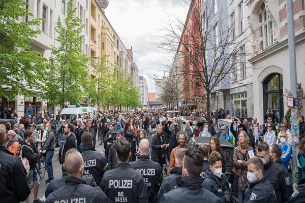 people protest against lockdown in germany