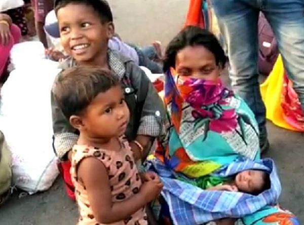सड़क पर ही दिया बच्चे को जन्म, नवजात को फिर उठाकर चल पड़ी मजदूर मां
