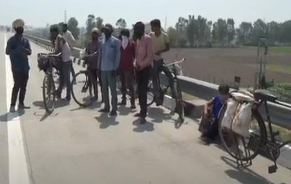 police drove away migrant labourers who reached up border