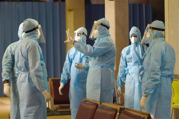 corona patients in delhi cross 11000
