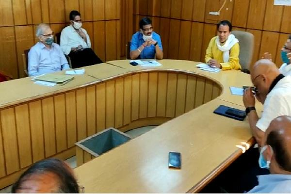 higher education minister holds meeting with officials