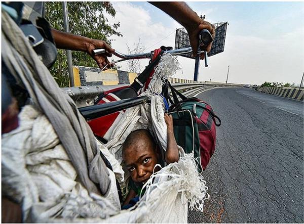 मजबूर पिताः साइकिल में टंगा बोरा और बोरे में झांकती मासूम बेटी की आंखें!