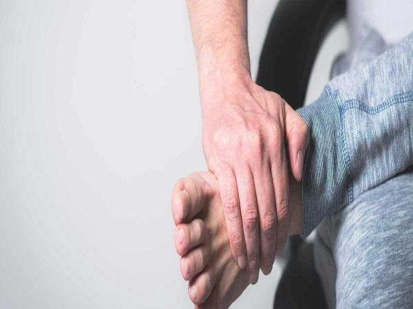 पैरों का दर्द हो जाएगा छूमंतर, सोने से पहलें करें ये 4 काम