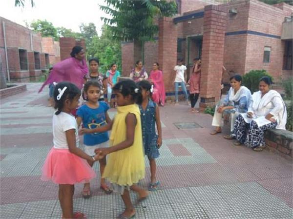 एसओएस गांव के बच्चों को लाड़ करती 'माएं'
