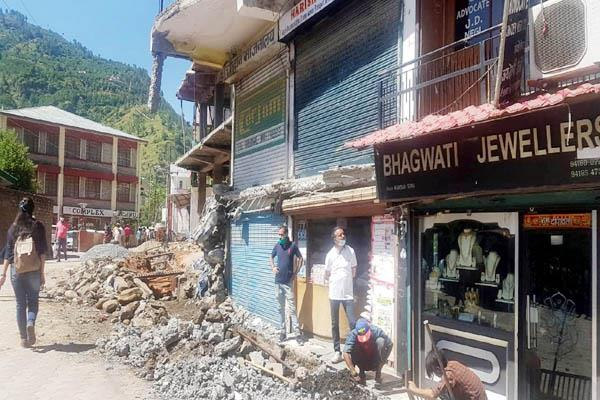 illegal occupation removed on court road in rohru