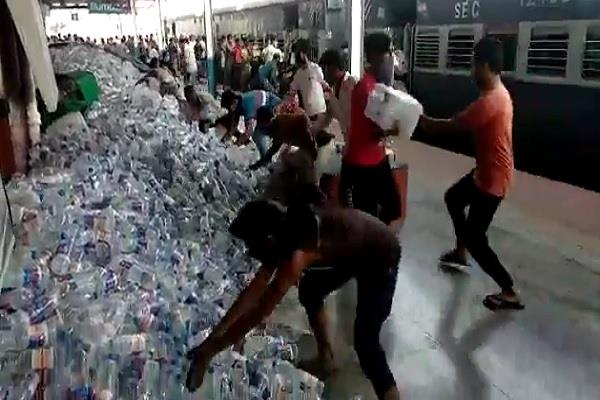 migrant workers looted hundreds of water bottles at ddu station