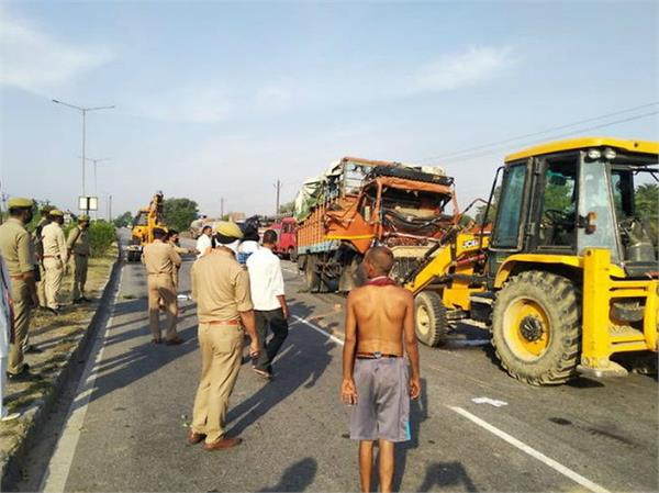firozabad dcm vehicle collided with truck 43 laborers injured