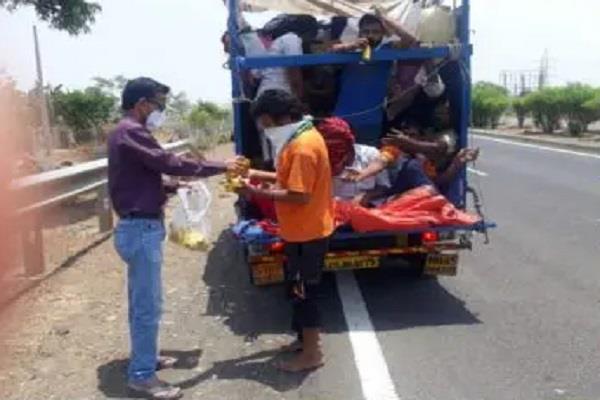 teacher help laborers giving food water corona crisis sehore