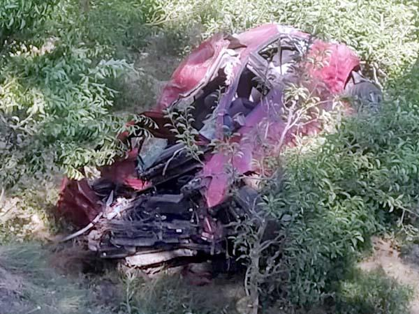 दर्दनाक सड़क हादसा: कार के खाई में गिरने से 2 लोगों की मौत, 3 घायल