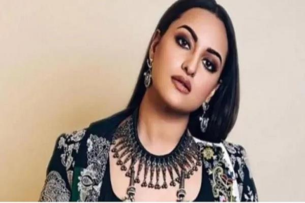 police has filed a charge sheet against sonakshi sinha in fraud case
