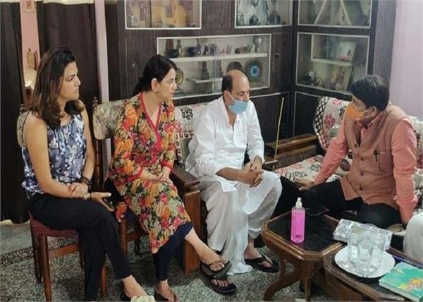 सुशांत के परिवार से मिले मनोज तिवारी, सुसाइड मामले में की CBI जांच की मांग