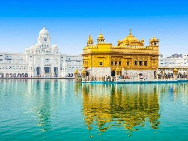 a large number of devotees reached for the views of shri harimandir sahib
