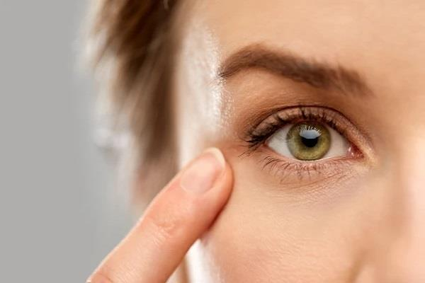 आंखों के आसपास त्वचा की ड्राइनेस को दूर करेंगी ये 5 चीजें