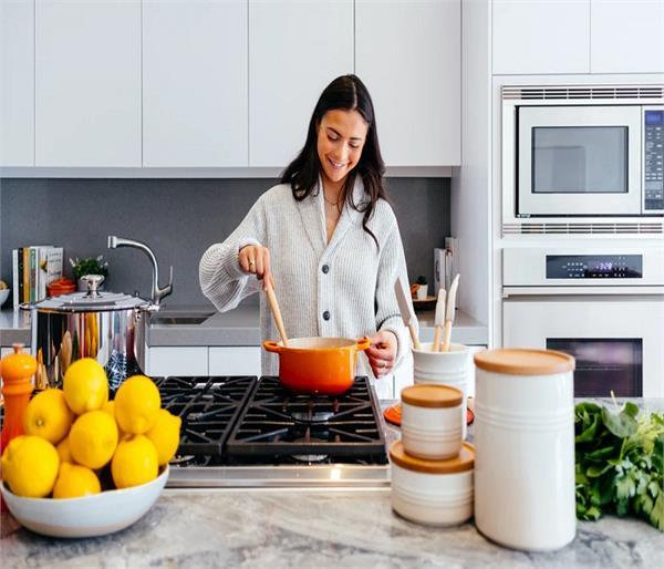 Vastu Tips: गृहिणी कभी ना भूलें किचन के नियम, घर में बनी रहेगी सुख-शांति
