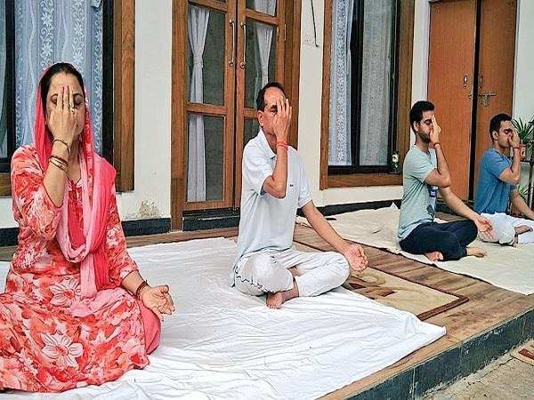 cm shivraj did yoga with his family