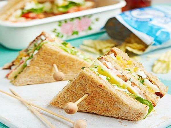 बच्चों को लंच में बनाकर खिलाएं Egg-Cruss Club Sandwich