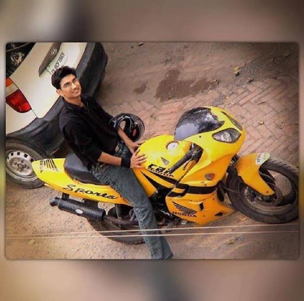 गाड़ियों के शौकीन सुशांत सिंह ने इस तरह खरीदी थी पहली बाइक!