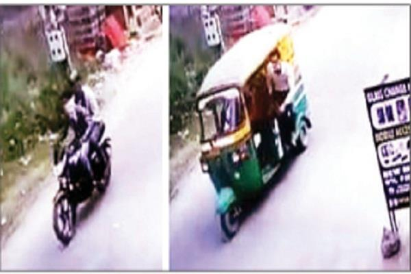 motorcycle riders pounce on a mobile with an auto rider