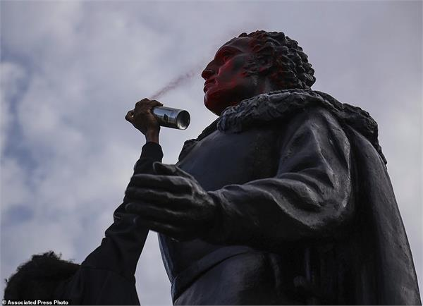 protesters deface statue of former us president