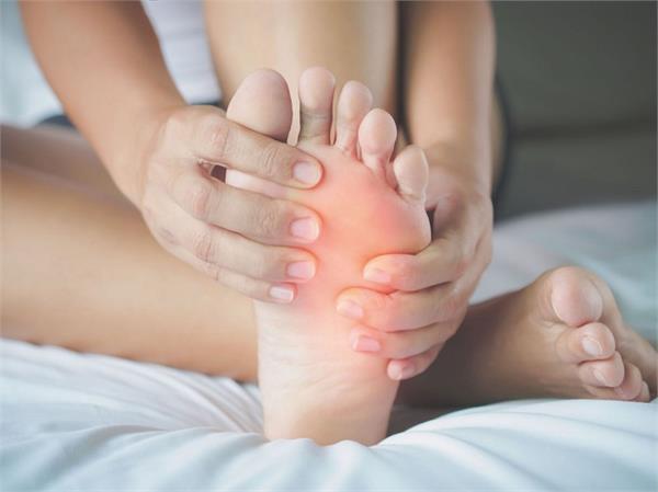 Uric Acid बढ़ने से हाथ-पैर में आ गई है सूजन तो आपके काम आएंगे ये देसी नुस्खे