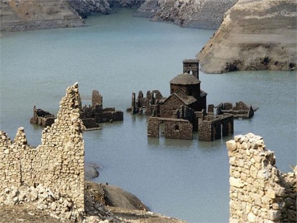 OMG! 73 साल से पानी में दफन था इटली का गांव, अब अचानक आया सामने