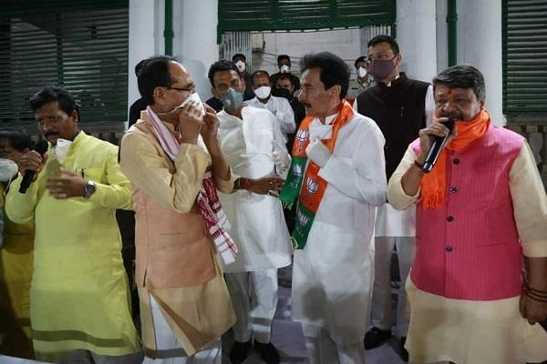 scindia s staunch supporter pramod tandon joins bjp