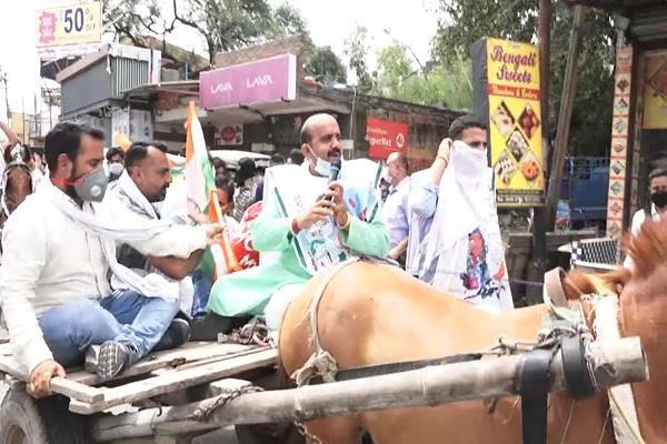 पेट्रोल डीजल के दामों में बढ़ौतरी पर कांग्रेस का अनोखा प्रदर्शन