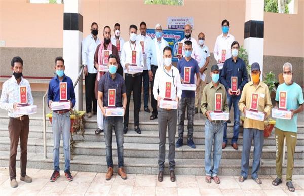 15 cremation ghat corona warriors received award at shivpuri crematorium