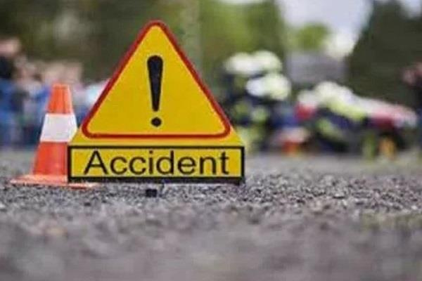 fatehpur uncontrolled car rammed into road side truck 2 traumatic deaths