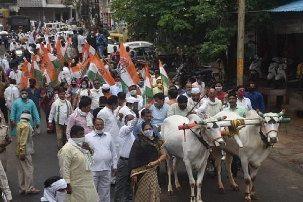 congress workers protest against increase in petrol and diesel prices