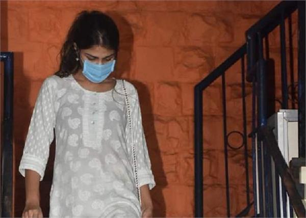 रिया चक्रवर्ती के खिलाफ मुकदमा दर्ज, सुशांत को आत्महत्या के लिए उकसाने का आरोप