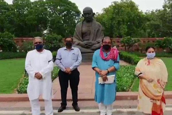 manoj jha and misa bharti protest in front of gandhi statue