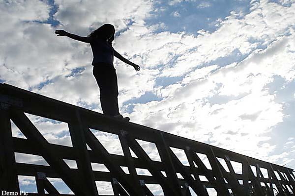 हिमाचल: गाड़ी में लिफ्ट लेकर पुल पर पहुंची महिला, फिर नदी में लगा दी छलांग