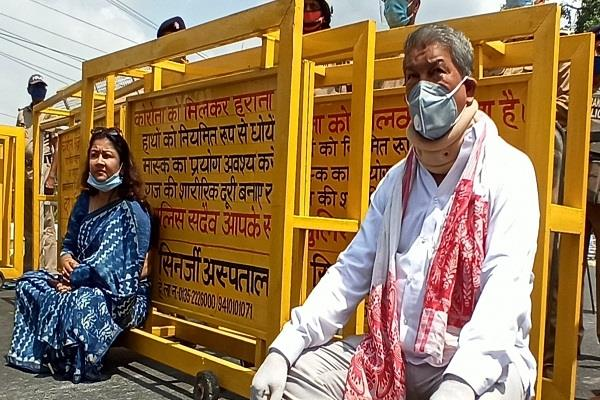 harish rawat gave symbolic dharna in front of raj bhavan