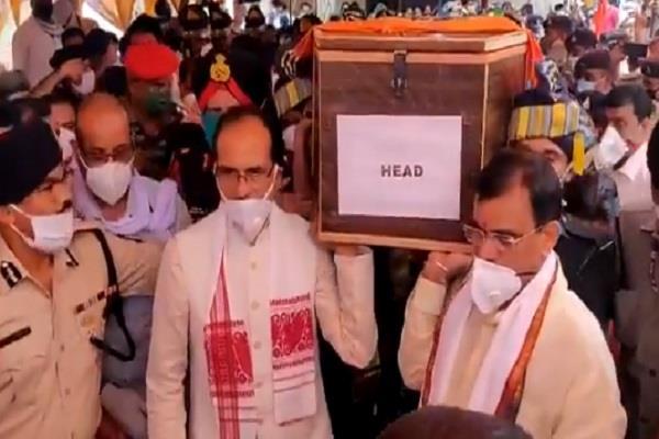 cm shivraj gave shoulder to martyr deepak singh