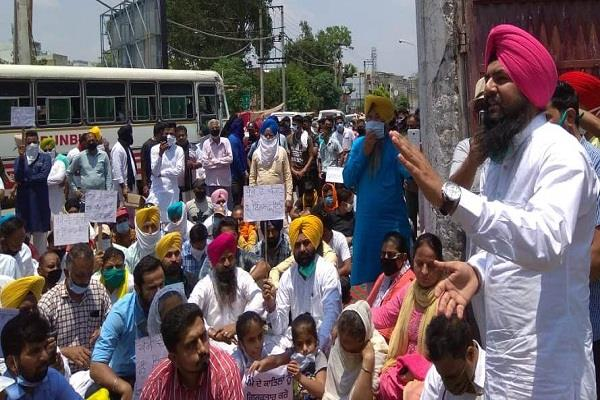 aap besieges ssp office for arrest of accused