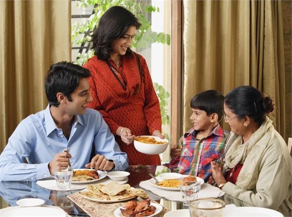 बुजुर्गों की सलाह: भोजन के समय भूलकर भी ना करें ये काम