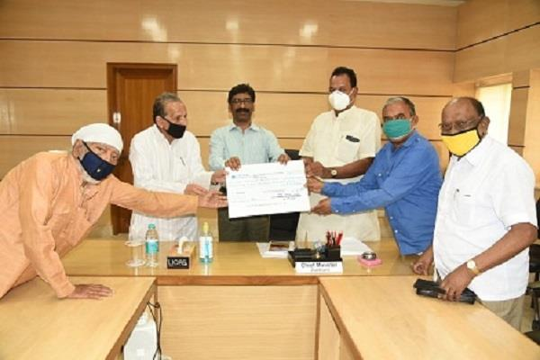 former mlas contributed rs 5 51 lakh to chief minister relief fund