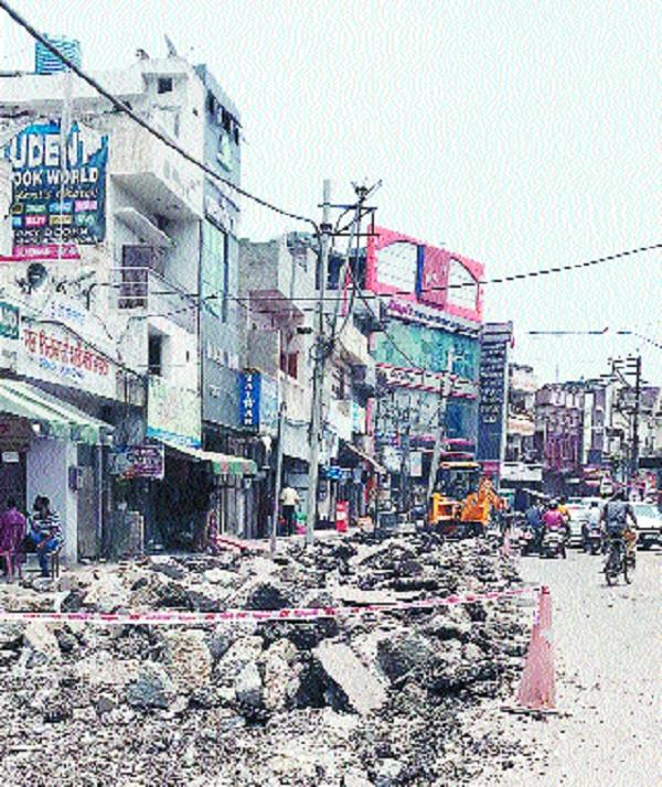 main road going to railway station is being built without planning